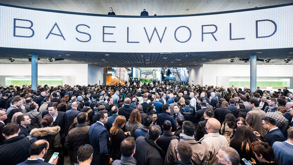 Crowds await the opening of Baselworld in 2016