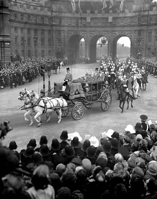 George VI's coach at Admiralty Arch in 1947
