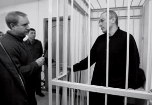 Neil Buckley (left) interviews Khodorkovsky in the defendant's cage during a court hearing in Chita, 2008