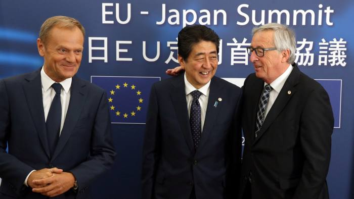 Japan's Prime Minister Shinzo Abe (C) is welcomed by European Council President Donald Tusk (L) and European Commission President Jean-Claude Juncker at the start of a European Union-Japan summit in Brussels, Belgium July 6, 2017.  REUTERS/Francois Walschaerts