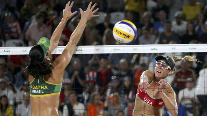 2016 Rio Olympics - Beach Volleyball - Women's Semifinal - USA v Brazil - Beach Volleyball Arena - Rio de Janeiro, Brazil - 16/08/2016. Agatha Bednarczuk (BRA) of Brazil competes with April Ross (USA) of USA. REUTERS/Adrees Latif FOR EDITORIAL USE ONLY. NOT FOR SALE FOR MARKETING OR ADVERTISING CAMPAIGNS.