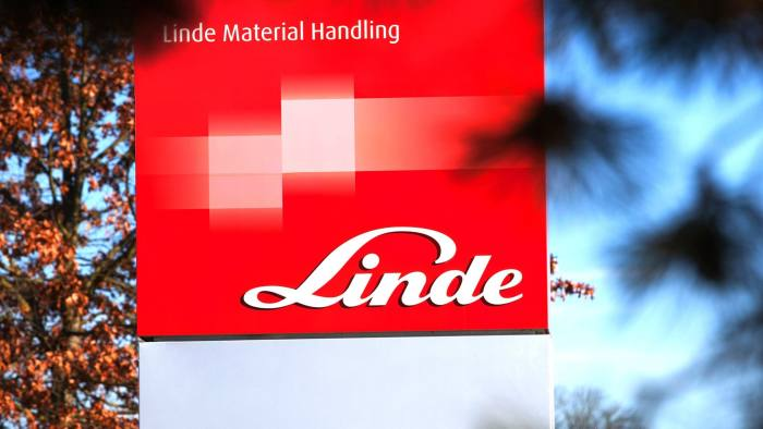 The logo of Linde AG sits on a sign outside the Linde Material Handling GmbH factory, a unit of Kion Group AG, in Aschaffenburg, Germany, on Tuesday, Nov. 12, 2013. Kion Group AG, the German forklift-maker which listed shares in June, is looking to expand its global sales network via acquisitions to catch up with main competitor Toyota Industries Corp. Photographer: Krisztian Bocsi/Bloomberg