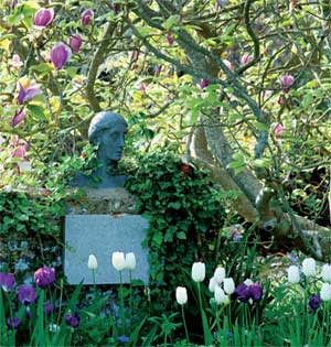 Bust of Virginia Woolf in the garden at Monk's House