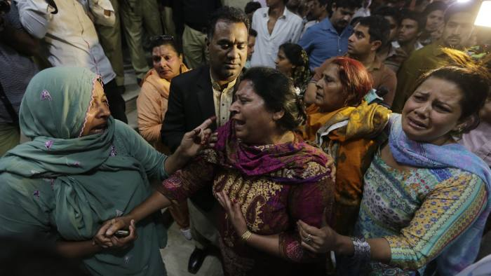 epaselect epa05232899 Relatives of the victims of a suicide bomb blast cry outside a hospital in Lahore, Pakistan, 27 March 2016. At least 52 people inlcuding women and children were killed while dozens injured in a suicide bomb attack that targeted a recreational park in Lahore.  EPA/RAHAT DAR