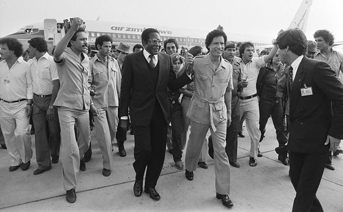 LIBYA - AUGUST 05: Summit of OAU (Organisation of African Unity) in Tripoli, Lybia on August 07, 1982 - Zimbabwe Prime Minister Robert Mugabe, and Lybia's President Muammar Gaddafi. (Photo by Daniel SIMON/Gamma-Rapho via Getty Images)