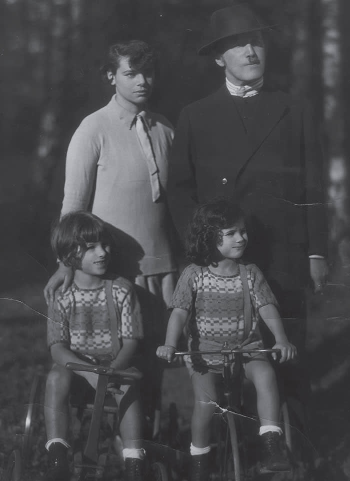Kerr with her parents and brother Michael in Berlin, 1928