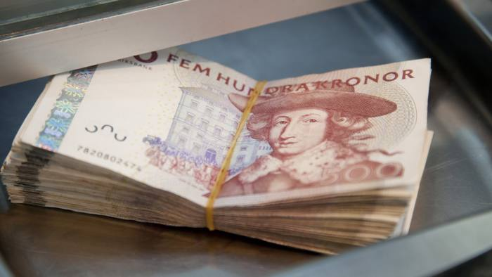 Swedish 500 krona (SEK) notes are seen in this arranged photograph inside a currency exchange in Malmo, Sweden, on Tuesday, May 14, 2013. Sweden's krona sank after a report showed consumer prices declined more than most economists had predicted. Photographer: Linus Hook/Bloomberg