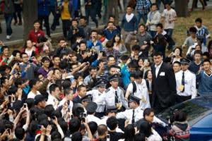Crowd gathers around Yao Ming
