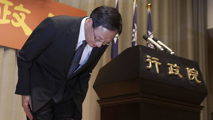 Taiwan Premier Jiang Yi-huah bows during a news conference after the ruling Kuomintang (KMT) party was defeated in the local elections in Taipei November 29, 2014. Taiwan's premier announced his resignation on Saturday after the ruling Kuomintang (KMT) party's trouncing in local elections. REUTERS/Minshen Lin (TAIWAN - Tags: POLITICS ELECTIONS)
