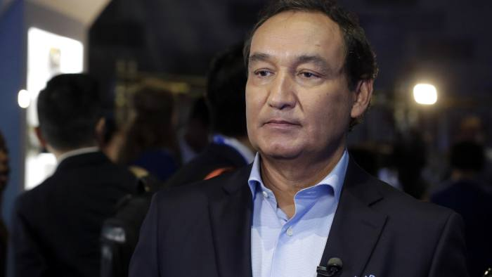 """FILE - In this Thursday, June 2, 2016, file photo, United Airlines CEO Oscar Munoz waits to be interviewed, in New York, during a presentation of the carrier's new Polaris service, a new business class product that will become available on trans-Atlantic flights. Munoz said in a note to employees Tuesday, April 11, 2017, that he continues to be disturbed by the incident Sunday night in Chicago, where a passenger was forcibly removed from a United Express flight. Munoz said he was committed to """"fix what's broken so this never happens again."""" (AP Photo/Richard Drew, File)"""