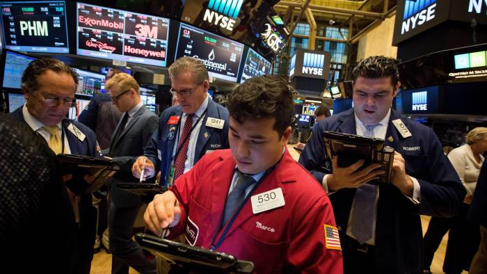 Traders work on the floor of the New York Stock Exchange (NYSE) in New York, U.S., on Friday, Oct. 21, 2016. U.S. stocks trimmed losses as deal activity boosted consumer stocks and Microsoft Corp. rose toward a record, offsetting losses spurred by concerns a stronger dollar will damp corporate earnings. Photographer: Michael Nagle/Bloomberg