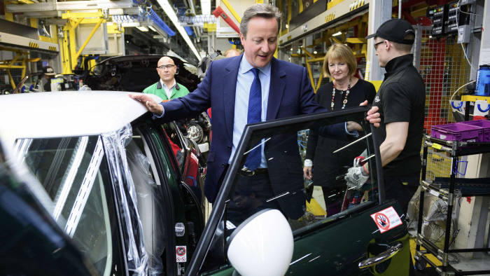 Britain's Prime Minister David Cameron tours the assembly plant for the Mini range of cars with Labour MP Harriet Harman in Cowley, near Oxford June 20, 2016. REUTERS/Leon Neal/Pool