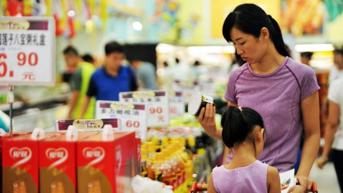 Chinese customers select goods at a supermarket in Qingdao, east China's Shandong province on September 9, 2016.  China's producer prices fell at their slowest rate for more than four years in August, the government said on September 9, another sign of stabilisation in the world's second-largest economy. / AFP / STR / China OUT        (Photo credit should read STR/AFP/Getty Images)