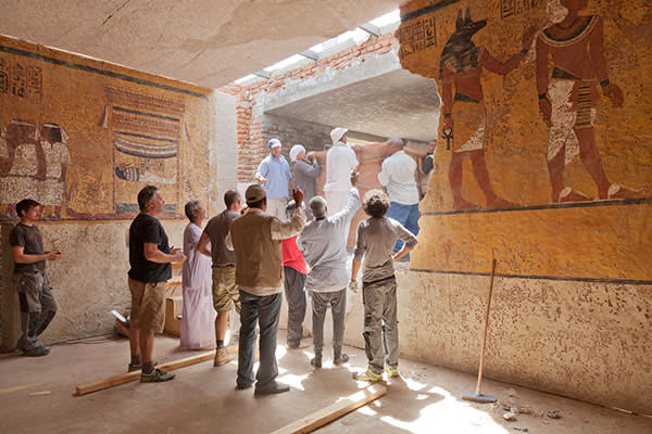The facsimile of the sarcophagus arrives to be installed in Luxor
