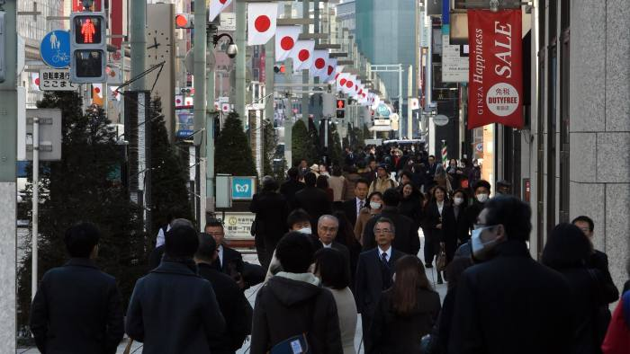 Shoppers walk down a busy street in the Ginza shopping district in central Tokyo on December 26, 2014. Japan's factory output and inflation rate slowed in November, official data showed on December 26, dealing a fresh challenge for Tokyo's bid re-boot the economy, just days after pro-business Prime Minister Shinzo Abe was re-elected following a snap election. AFP PHOTO / TOSHIFUMI KITAMURA