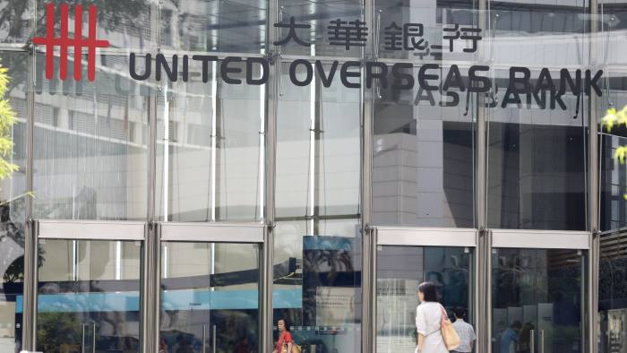 epa03749752 Pedestrians walk past a branch of a United Overseas Bank (UOB) in Singapore, 18 June 2013. UOB is among the 20 banks across Singapore that have been censured by the Monetary Authority of Singapore for internal control deficiency. EPA/SAM CHIN