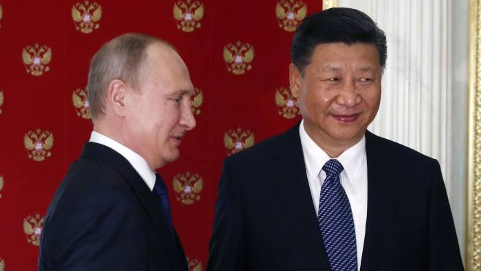 epa06063877 Russian President Vladimir Putin (L) welcomes China's President Xi Jinping (R) during their informal meeting in the Kremlin, Moscow, Russia, 03 July 2017. Chinese President Xi arrived in Moscow for a two-days official visit. EPA/SERGEI CHIRIKOV / POOL