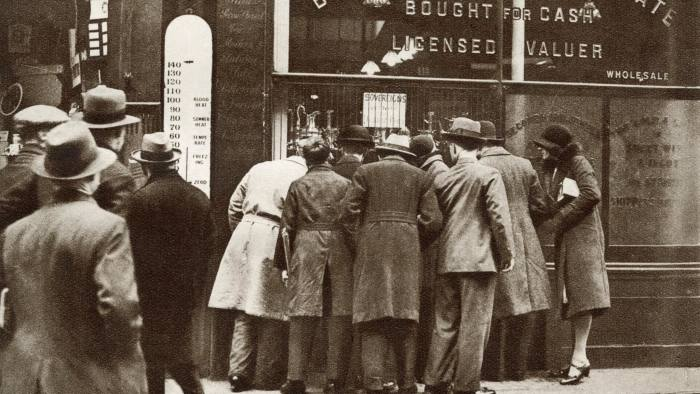 CN0R4X Jewelers shop offering good prices for gold bullion in 1932 when the value of gold increased.