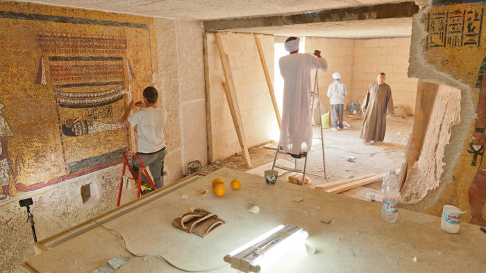 Retouching and construction work in the facsimile of Tutankhamun's burial chamber