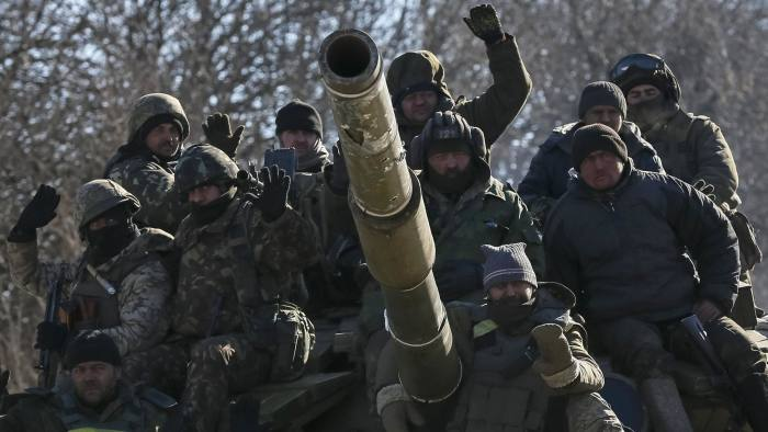 Ukrainian servicemen ride on a tank as they leave area around Debaltseve...Ukrainian servicemen ride on a tank as they leave area around Debaltseve, eastern Ukraine near Artemivsk February 18, 2015. Weary Ukrainian troops, some in columns, some in cars, began arriving on Wednesday from the besieged town of Debaltseve in Artemivsk, a Reuters witness said. REUTERS/Gleb Garanich (UKRAINE - Tags: POLITICS CIVIL UNREST MILITARY CONFLICT)