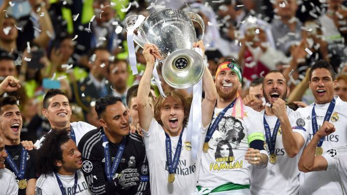 epa05335035 Luka Modric of Real Madrid lifts the trophy after Real Madrid won the UEFA Champions League final between Real Madrid and Atletico Madrid at the Giuseppe Meazza Stadium in Milan, Italy, 28 May 2016. EPA/PETER POWELL