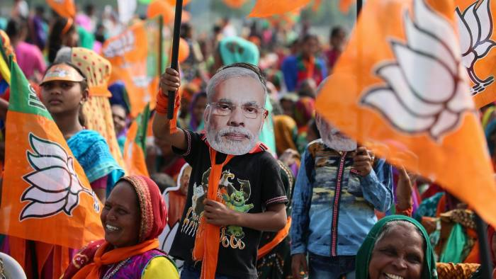 epa06380824 A boy wears mask of Indian Prime Minister Narendra Modi as the supporters of Bharatiya Janta Party (BJP) listens Narendra Modi during an election campaign rally in Sanand, near Ahmedabad, India, 10 December 2017. The voting of the second phase for the remaining 93 assembly seats will take place on 14 December, counting is scheduled for 18 December 2017. EPA/DIVYAKANT SOLANKI