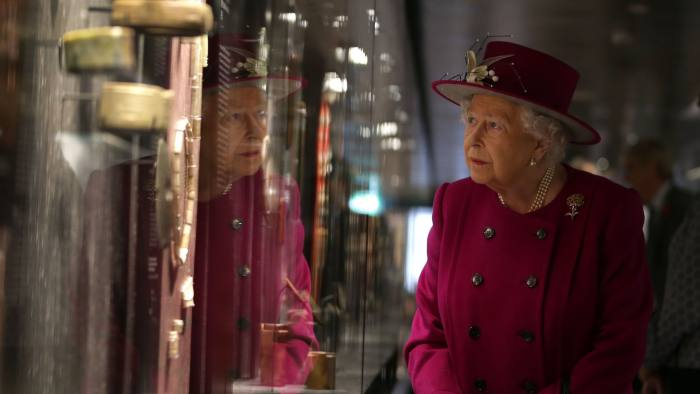 LONDON, ENGLAND - NOVEMBER 08: Queen Elizabeth II looks at a selection of jade objects on display at the reopening The Sir Joseph Hotung Gallery at The British Museum on November 8, 2017 in London, England. (Photo by Daniel Leal-Olivas-WPA Pool/ Getty Images)