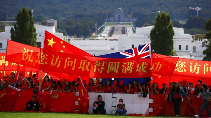 Pro-China supporters hold banners wishing Chinese Premier Li Keqiang a successful visit before an official welcoming ceremony at Parliament House in Canberra, Australia, March 23, 2017. REUTERS/David Gray - RC147699A7E0