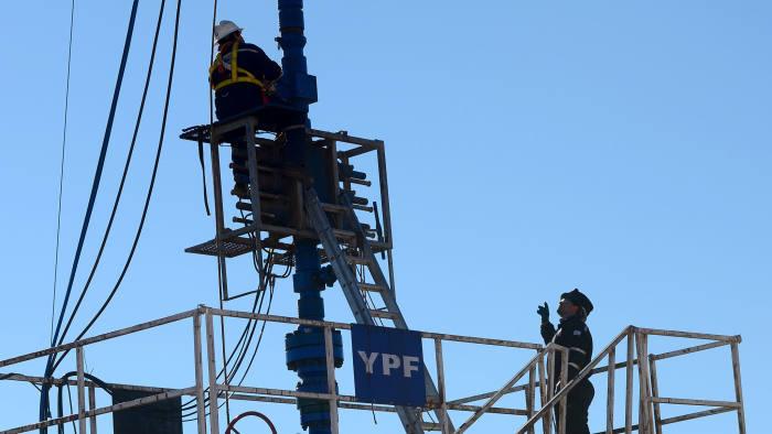 Neuquén: Recorrida de campo en pozos de tight gas en Sierra Barrosa - Loma de Lata producidos por YPF