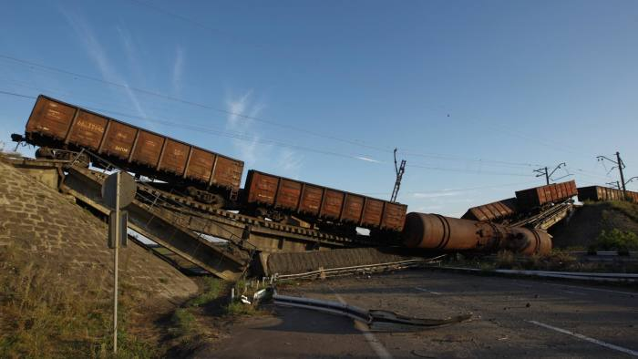 Train wagons are seen on the destroyed railway bridge which collapsed during the fighting between the Ukrainian army and pro-Russian separatists, over a main road leading to the eastern Ukrainian city of Donetsk, near the village of Novobakhmutivka, north of Donetsk city, August 19, 2014. REUTERS/Valentyn Ogirenko (UKRAINE - Tags: CONFLICT CIVIL UNREST TPX IMAGES OF THE DAY) - RTR42ZW5