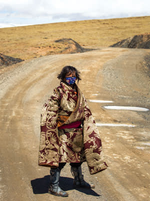 A Tibetan boy on the road from Ngoring Lake