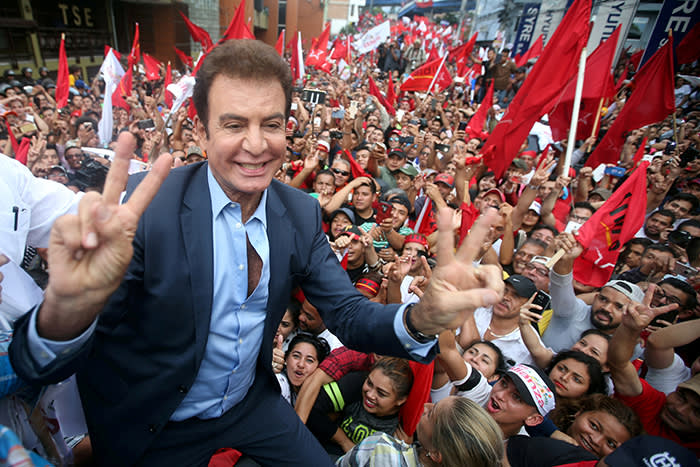 Salvador Nasralla, presidential candidate for the Opposition Alliance Against the Dictatorship, celebrates with supporters while waiting for official presidential election results outside the Supreme Electoral Tribunal in Tegucigalpa, Honduras November 27, 2017. REUTERS/ Edgard Garrido TPX IMAGES OF THE DAY