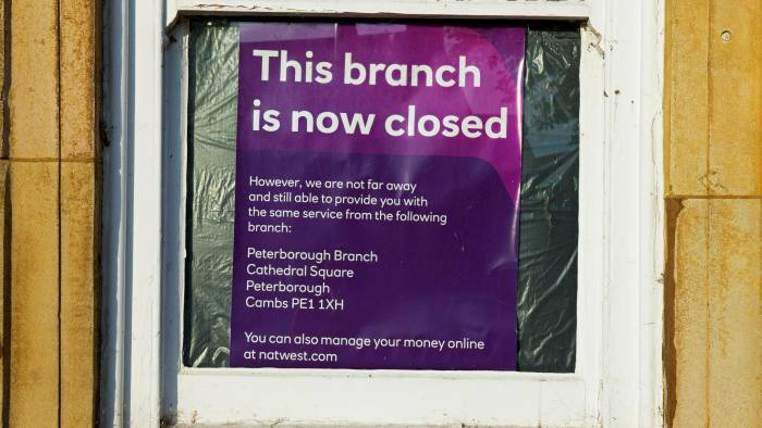 GX42H9 Sign in window notifying customers that this branch of the Natwest Bank is now closed, England UK