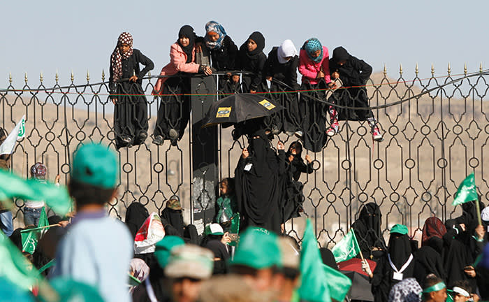 Houthi supporters hang off an iron fence during a rally marking the birth anniversary of Islam's Prophet Mohammad in Sanaa, Yemen November 30, 2017. REUTERS/Mohamed al-Sayaghi