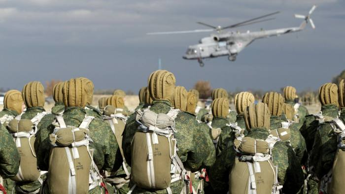 Russian paratroopers wait to board a helicopter during a military exercise outside the southern city of Stavropol, Russia, October 27, 2015. REUTERS/Eduard Korniyenko - RTX1TGUD