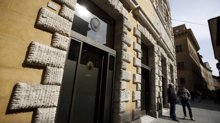 Banca Monte Dei Paschi Di Siena SpA Headquarters And Bank Branches...Pedestrians stand and talk outside a Banca Monte dei Paschi di Siena SpA bank branch in Siena, Italy, on Tuesday, March 11, 2014. Banca Monte dei Paschi di Siena SpA, the bailed out Italian bank seeking to raise 3 billion euros ($4.2 billion) in a share sale, reported a seventh straight quarterly loss on provisions and restructuring costs. Photographer: Alessia Pierdomenico/Bloomberg