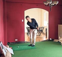 Steven Levitt playing golf