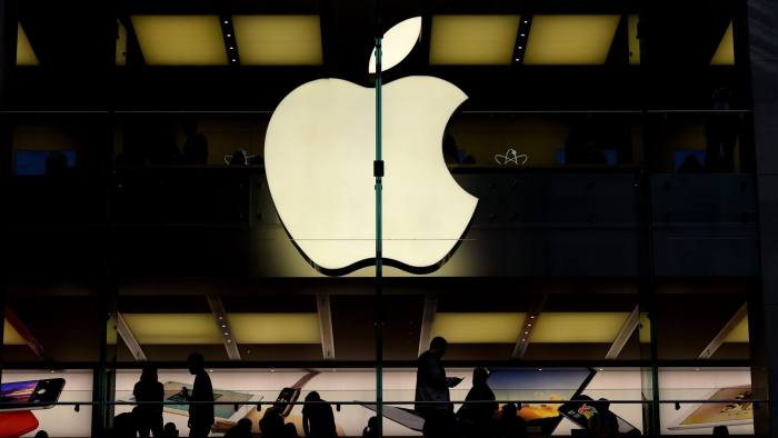 epa04856578 Customers are silhouetted inside of an Apple store in Sydney, Australia, 22 July 2015. Apple reported a 33 per cent increase in earnings for the recent fiscal quarter, but investors were still worried when iPhone sales missed analyst estimates. Quarterly net income of 10.7 billion dollars (9.8 billion euro) topped the 7.7 billion dollars netted in the same quarter last year by a third, driven by 'record sales' of iPhones and Mac computers, the company said in an earnings release. EPA/PAUL MILLER AUSTRALIA AND NEW ZEALAND OUT