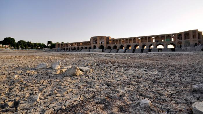 C6AEKP Dried riverbed of Zayandeh river with Khaju Bridge in background, Isfahan Iran.