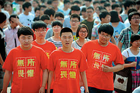 """Students wearing t-shirts with the slogan """"fear nothing"""""""