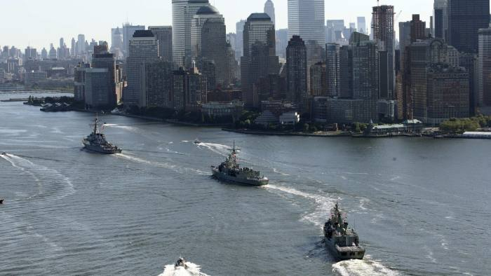 Two Australian Navy warships, the HMAS Sydney (C) and HMAS Ballarat (rear) arrive in New York harbor, July 19, 2009 accompanied by United States Navy warship USS Mahan (top). The Australian ships and more than 400 sailors will visit Manhattan as part of of a six month international deployment. REUTERS/Trevor Collens/Pool (UNITED STATES POLITICS MILITARY) FOR EDITORIAL USE ONLY. NOT FOR SALE FOR MARKETING OR ADVERTISING CAMPAIGNS - RTR25TWZ