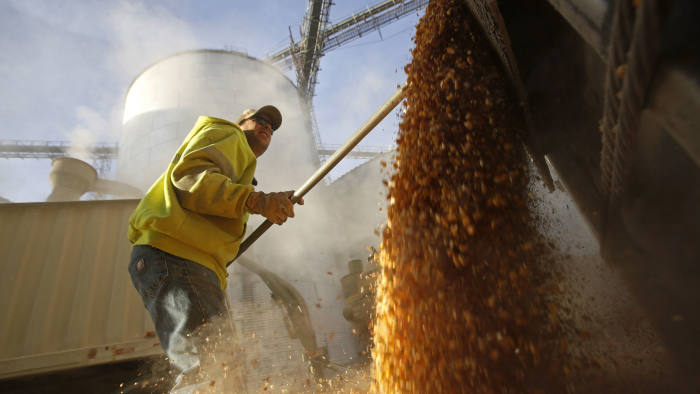A worker empties corn kernels from a grain bin at DeLong Company in Minooka, Illinois, September 24, 2014. Corn prices, trying to consolidate after falling to a four-year low as a record-large U.S. harvest pick up speed and as continued reports of spectacular early U.S. yields and softening cash markets hang over the market. Contracts held above lifetime lows in overnight trade. Photo taken September 24, 2014. REUTERS/Jim Young (UNITED STATES - Tags: AGRICULTURE BUSINESS COMMODITIES) - RTR47PD0