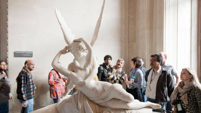 D4WT5E People admiring Eros and psyche statue at Louvre Museum Paris France
