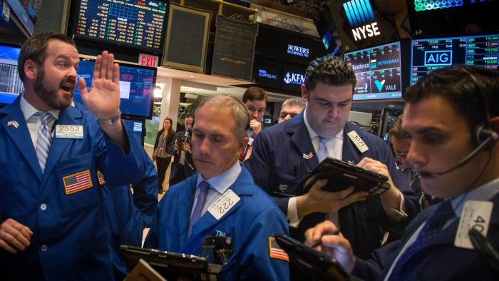Traders work on the floor of the New York Stock Exchange (NYSE) in New York, U.S., on Monday, May 16, 2016. Brent crude rose to a six-month high, leading a rebound in commodities and boosting the stocks from the U.S. to developing markets, as supply disruptions in Nigeria added to production woes. Photographer: Michael Nagle/Bloomberg