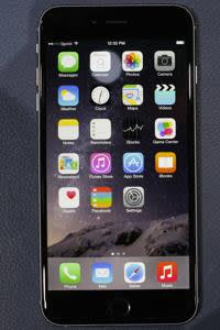 The iPhone 6 and the iPhone 6 Plus are shown during an Apple event at the Flint Center in Cupertino, California, September 9, 2014. REUTERS/Stephen Lam (United States - Tags: SCIENCE TECHNOLOGY BUSINESS)