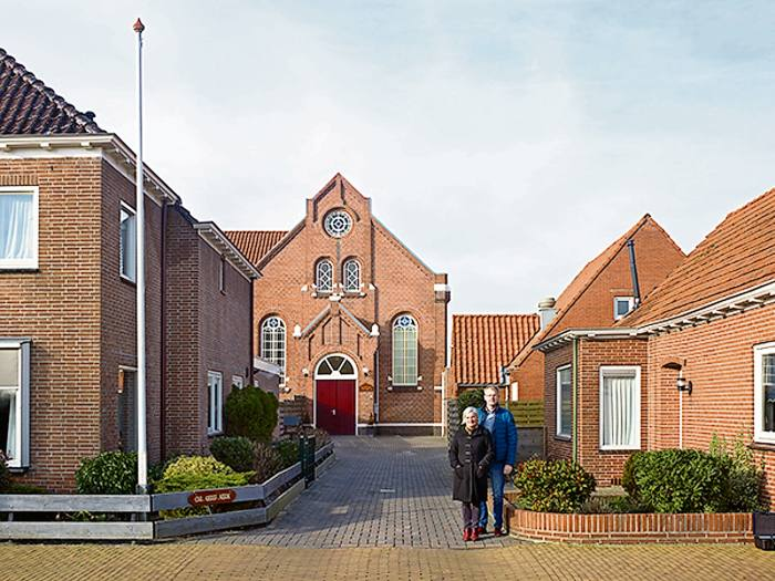 Lenie Cannegieter and Maurits Langeler, photographed in front of the Christian Reformed Church, are among the residents who support Oude Pekela's asylum centre
