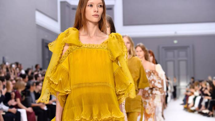 Models present creations for Chloe during the 2017 Spring/Summer ready-to-wear collection fashion show, on September 29, 2016 in Paris. / AFP / BERTRAND GUAY (Photo credit should read BERTRAND GUAY/AFP/Getty Images)