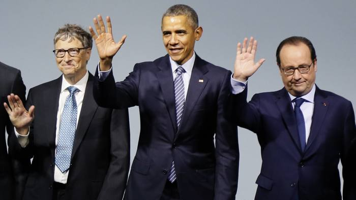 "(LtoR) Microsoft CEO Bill Gates, US President Barack Obama and French President Francois Hollande pose for a family photo during the ""Mission Innovation - Accelerating the Clean Energy Revolution"" meeting on the opening day of the World Climate Change Conference 2015"