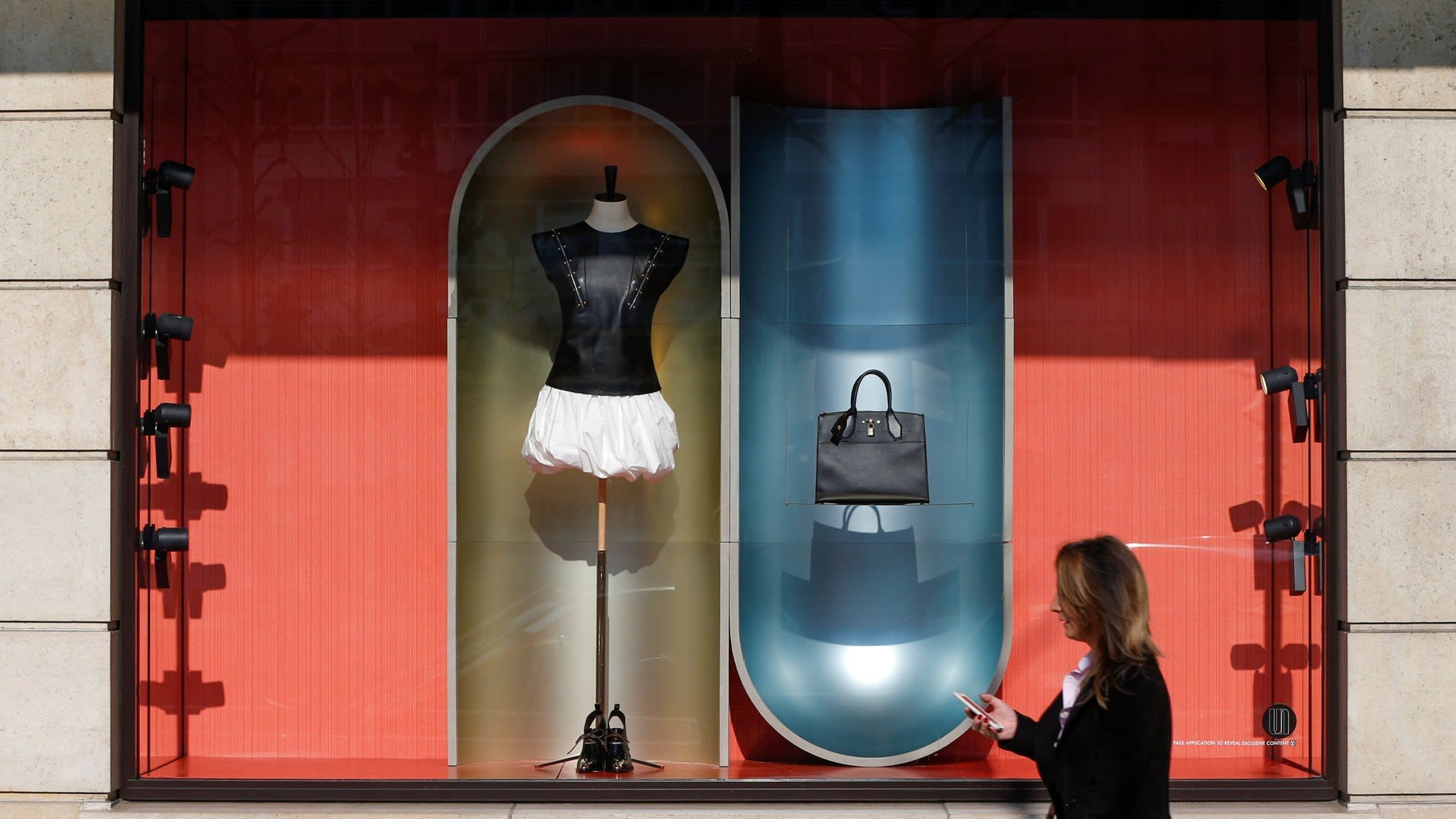 Luxury brands turn to in-store tech to boost fashion retail | Financial Times