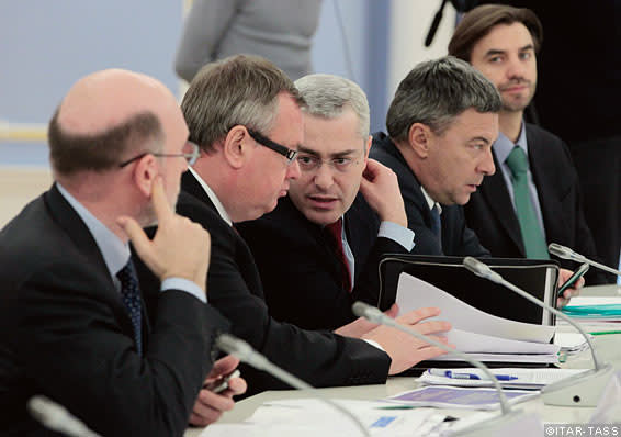 Allen Vine (centre) discusses the Moscow Financial Centre project with Russian officials